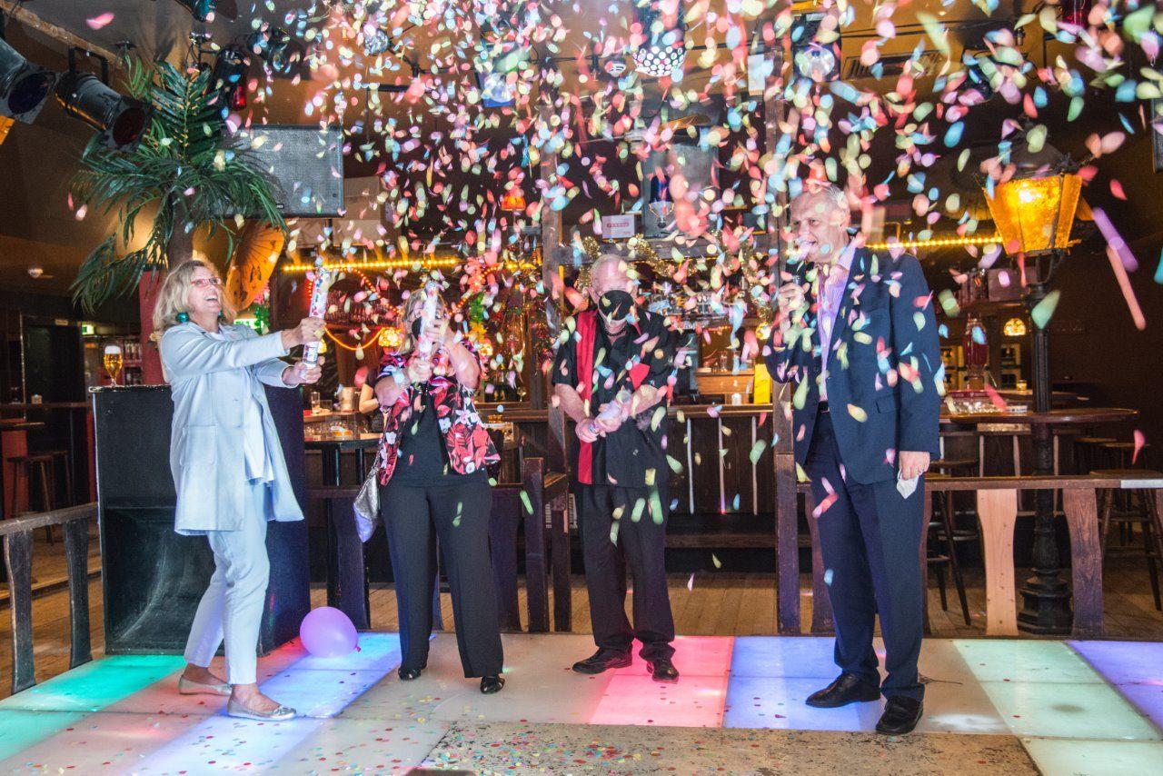 Zur Eröffnung regnete es Konfetti: Museumsleiterin Dr. Julia Schulte to Bühne, das ehemalige Betreiberehepaar Gunda und Klaus Sengstake und der Minister für Kultur und Wissenschaft Björn Thümler (v.l.).